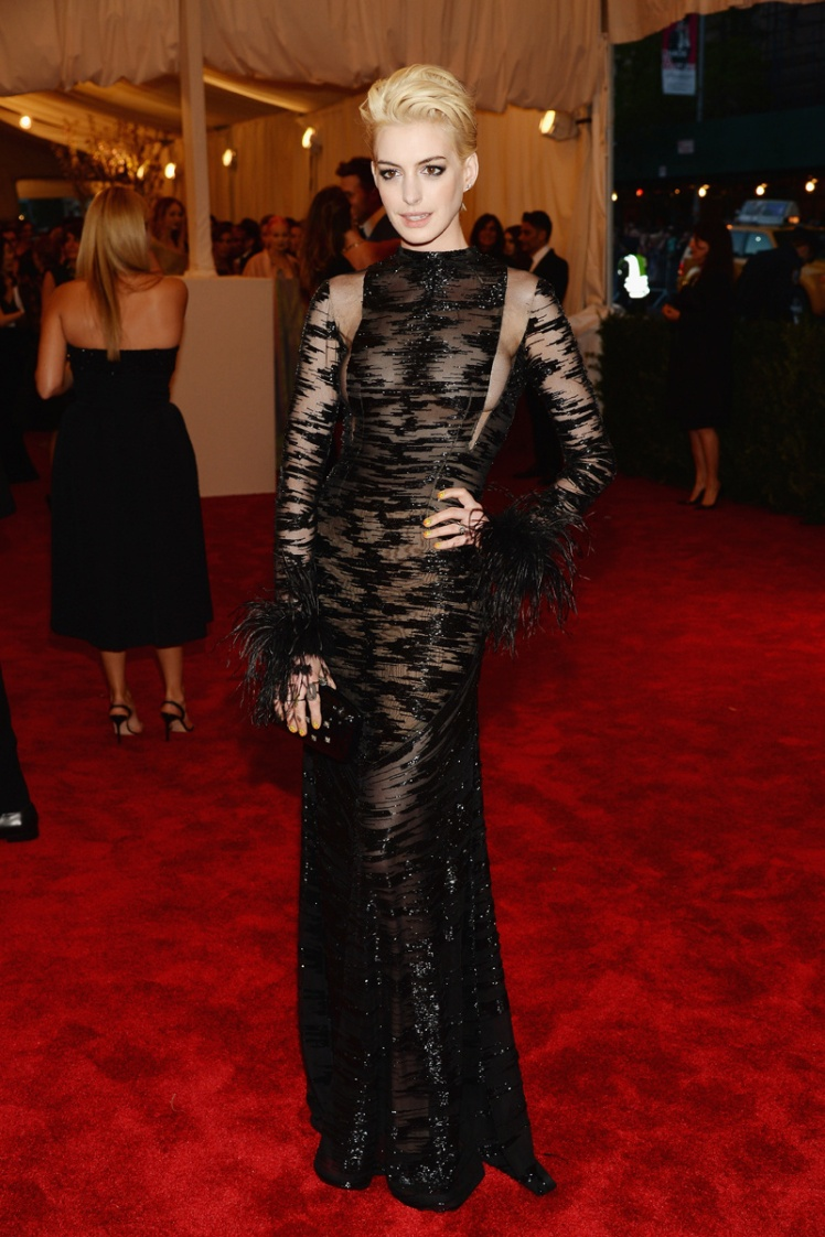 anne_hathaway_red_carpet_met_gala_2013_trendy_jungle