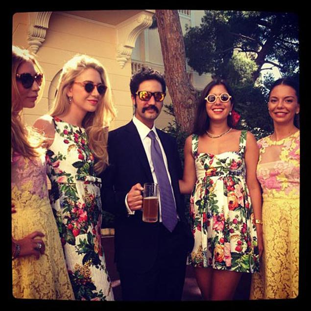 El hermano de la novia y DJ de la fiesta junto a amigas de Tatiana