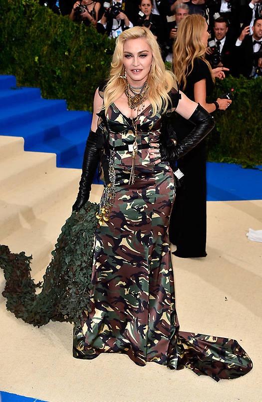 2310d6726 ... Madonna esta vez ya se fue a la banquina… este diseño de Moschino